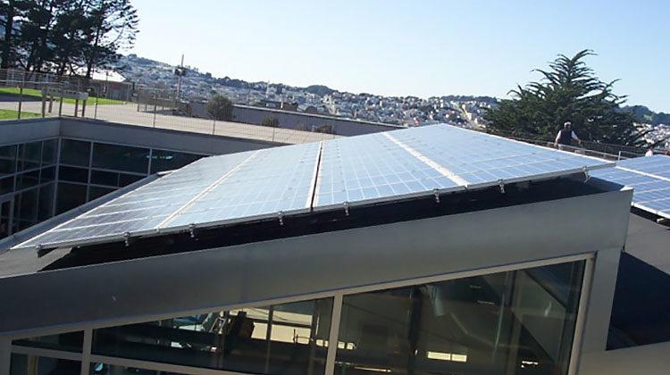 фото солнесные панели на крыше школы