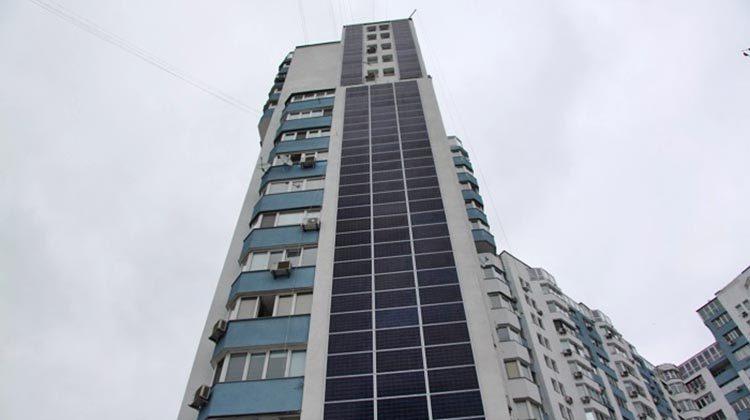 фото фотоэлементы на фасаде здания