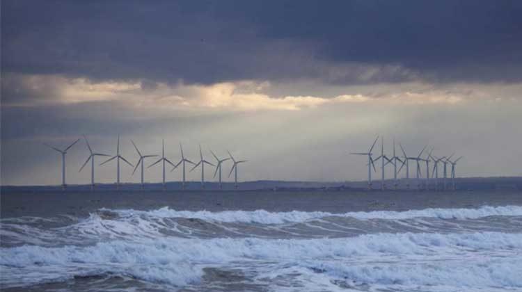 фото ветряки на берегу моря