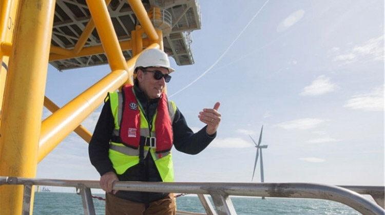 фото строительство плавучей ветровой станции